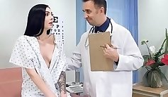 Dude opens a massive cunny for the nurse